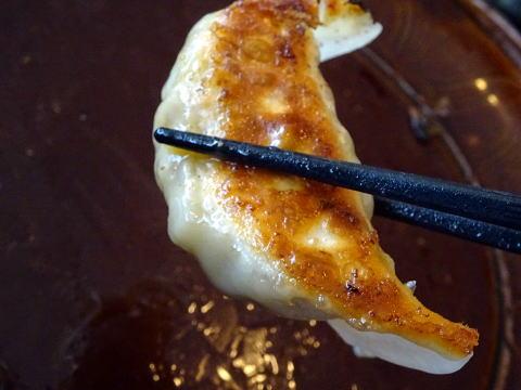 浜松餃子を箸で持ってみた